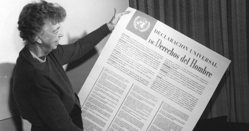 Eleanor Roosevelt con la Declaración Universal de los Derechos Humanos - Origen de las ramas sociales del derecho